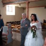 Ernst führt Manuela zum Altar